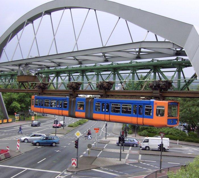 Schwebebahn über Strasse von Oktaeder, Public Domain