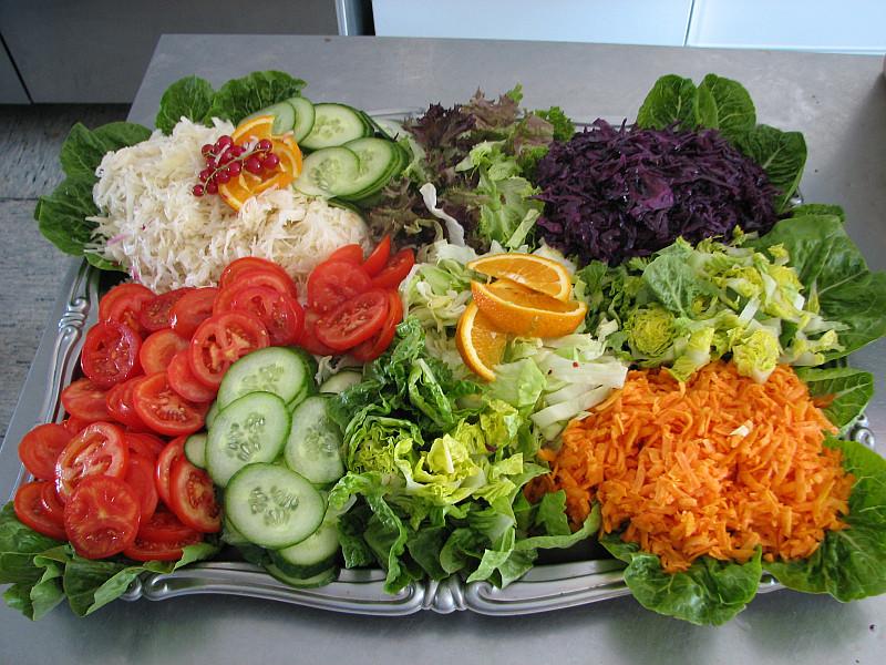 Kleine Salatplatte zum Buffet